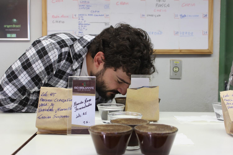Cupping realizado na Fazenda Rio Brilhante para a seleção do café especial Catavento